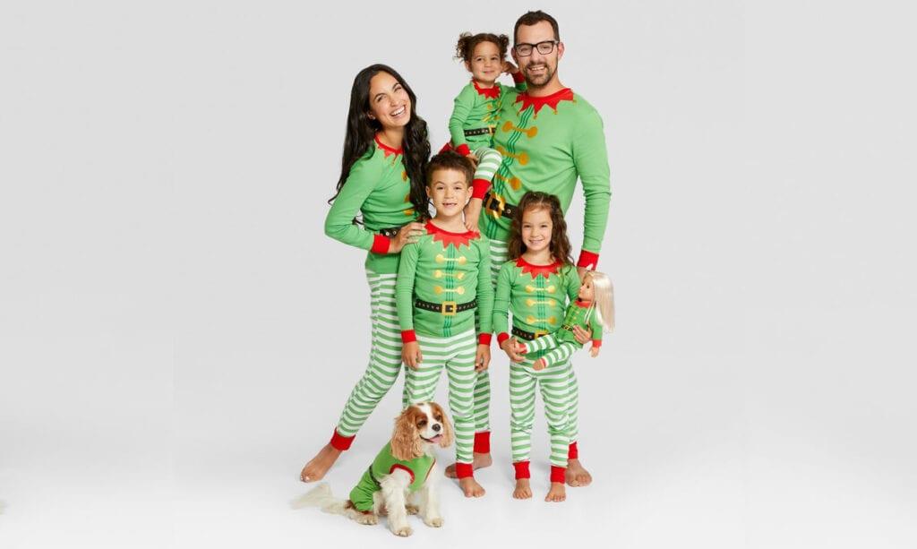Los pijamas familiares a juego están de vuelta para las fiestas