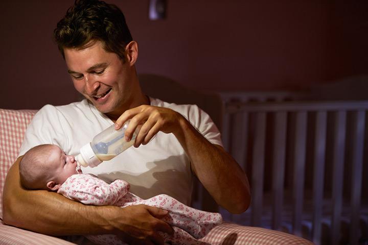 Verwenden Sie Flaschen, um Muttermilch zu füttern