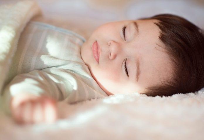 Baby schwitzt während des Schlafens