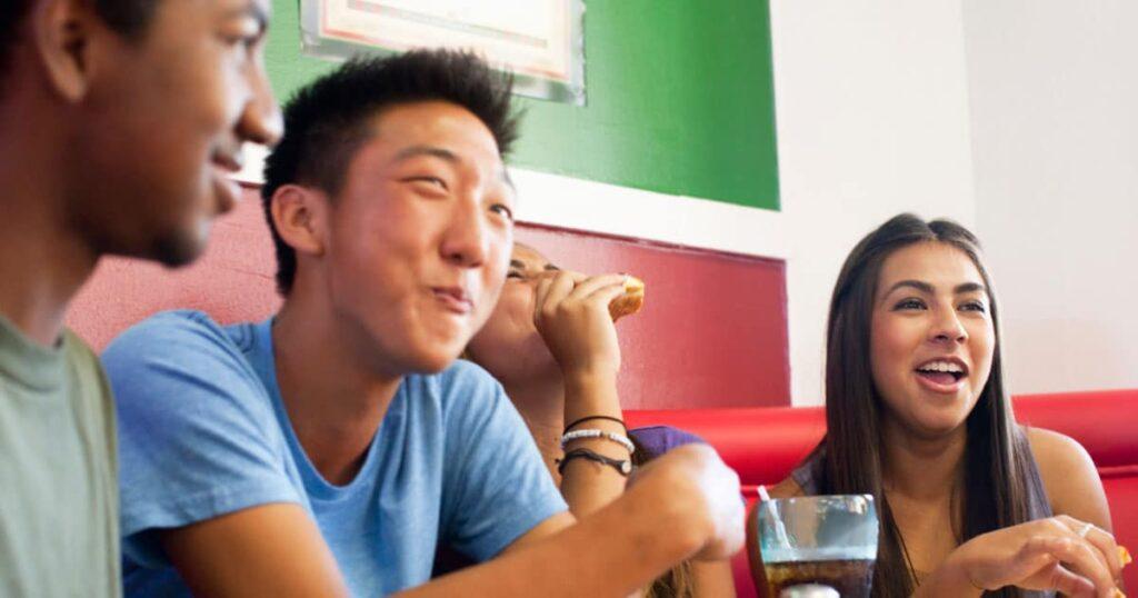 Eltern, vergessen Sie nicht, Ihren Teenagern beizubringen, wie man gut Trinkgeld gibt und in der Öffentlichkeit nach sich selbst aufräumt