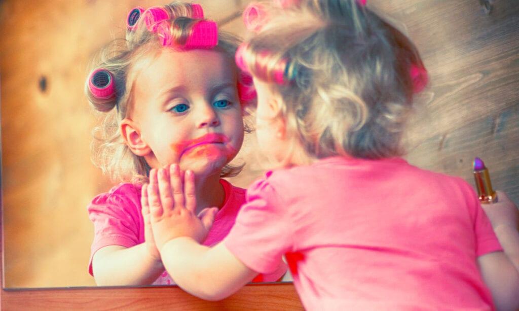 Kinder geben Make-up-Tutorials auf YouTube