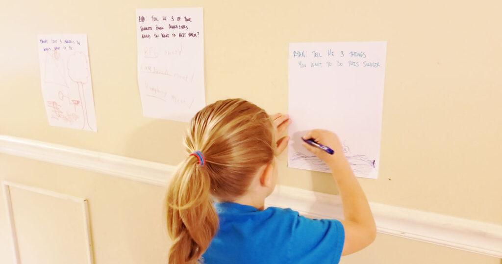 """Mutter schafft eine """"Notizwand"""", um mit ihren Kindern zu kommunizieren und sich mit ihnen zu verbinden"""