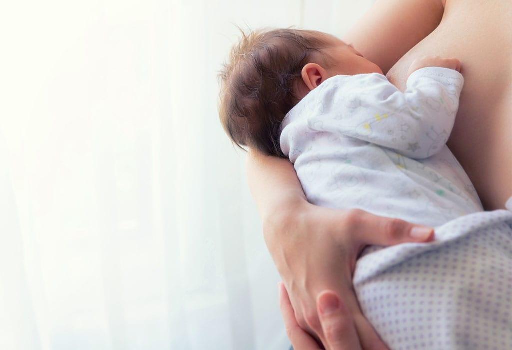 Eine Mutter, die ihr Baby stillt