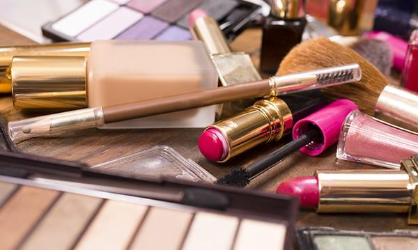 Teen belastet versehentlich Mamas Kreditkarte mit $ 733 Make-up
