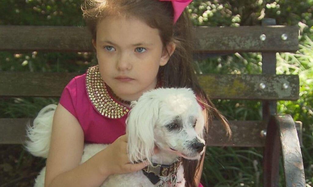 Vecino llama a policías y servicios infantiles a una niña que pasea a su perro
