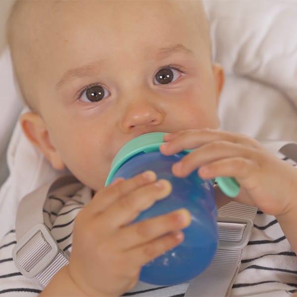 Video: Aus einer Tasse trinken
