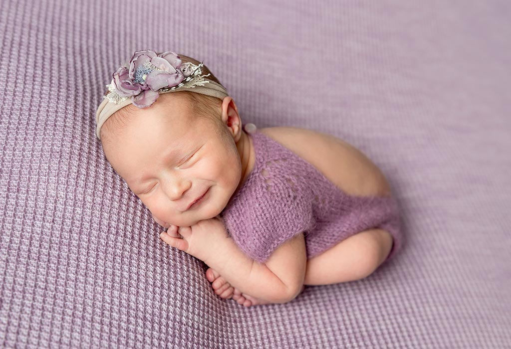 Warum lächeln Babys im Schlaf und was bedeutet das?