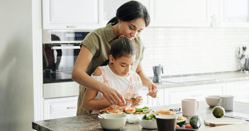Was sind einige kalorienreiche Lebensmittel, die ich der Ernährung meines Kindes hinzufügen kann?