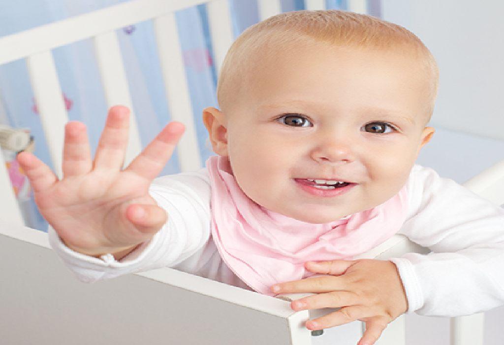 Baby winkt Tschüss